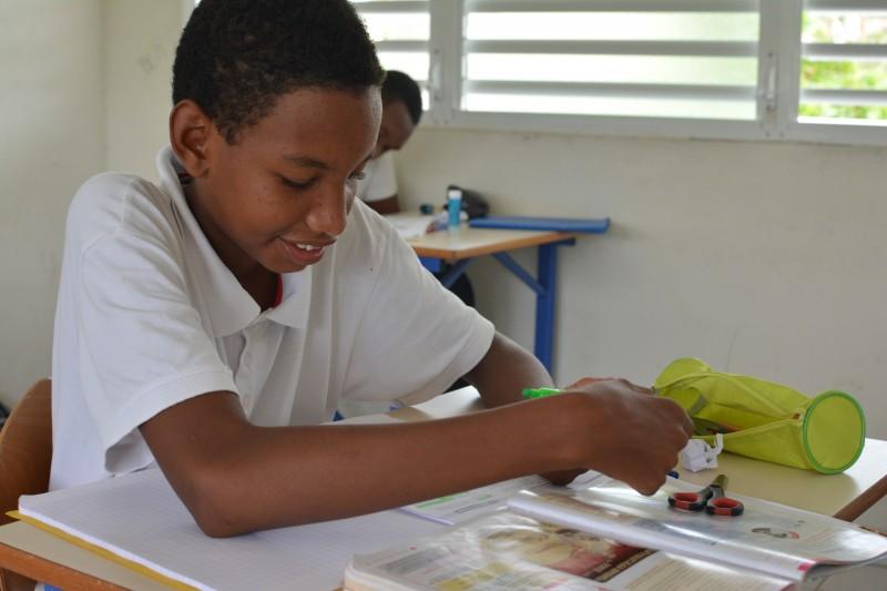 Un élève studieux à L'ensemble scolaire Saint Jean-Paul II