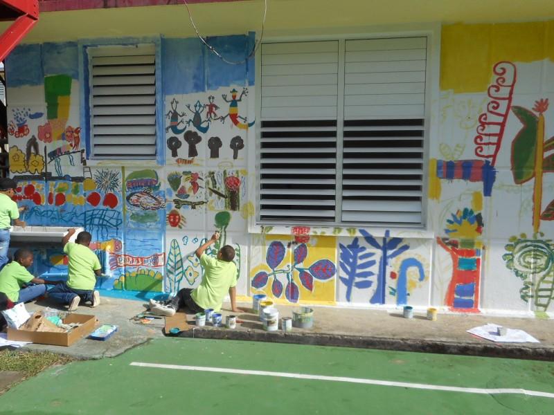 Réalisation d'une fresque murale par les élèves de Primaire